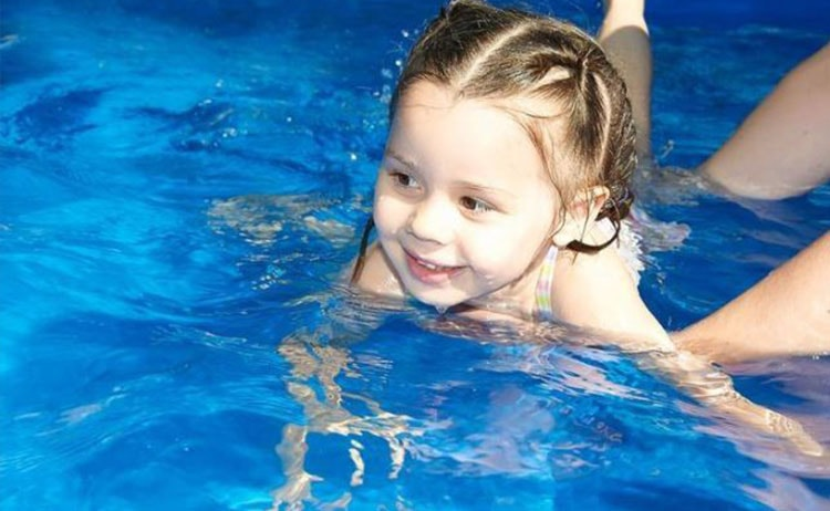пет причини да запишем детето си на плуване